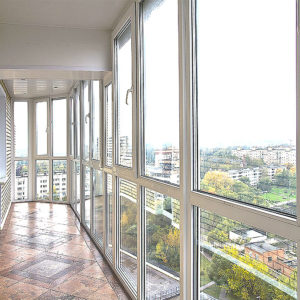 Панорамное остекление лоджии пластиковыми окнами Veka от пола до потолка